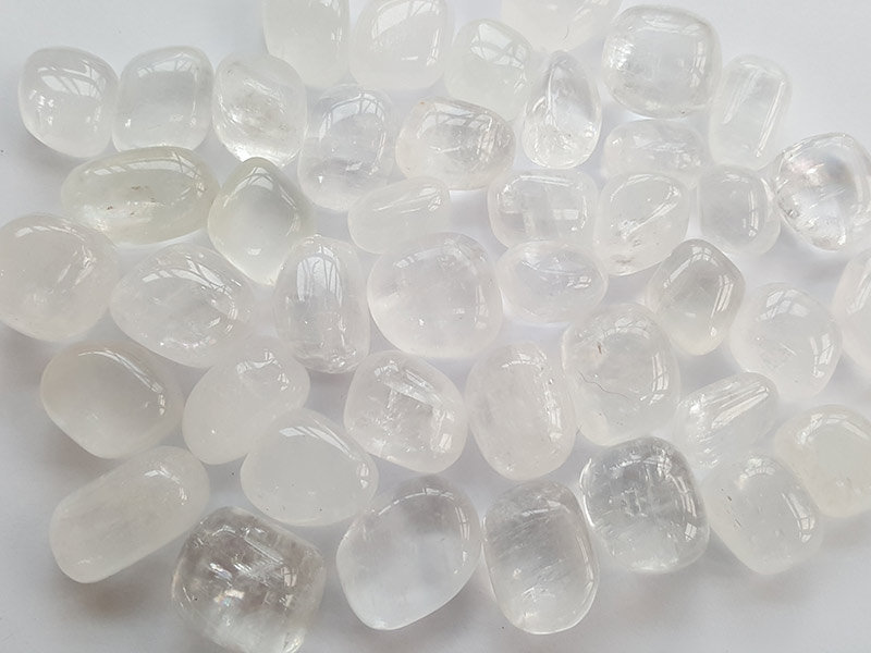 Highly polished Calcite stone size 20-30 mm.